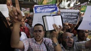 Egípcios protestam contra filme diante de embaixada americana