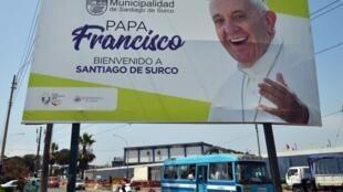 罗马天主教皇方济各今天抵达智利,开始对智利与秘鲁巡访行程。图为贝鲁大幅欢迎教皇访问招牌。