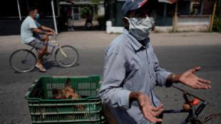 Bất chấp dịch bệnh, người dân Cuba vẫn đạp xe đi bán hàng, Havana, Cuba. Ảnh chụp ngày 09/05/2020