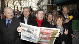 Жан-Люк Меланшон лично приносит подписи (более 1.000) в Конституционный совет Франции, 16 марта 2012 года