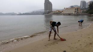 环保团体DBGREEN发起市民到海滩拾化学胶粒聚炳烯,2012年8月4日