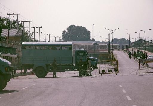 Một hàng rào kiểm soát ở Srinagar, một trong hai thủ phủ của vùng Cachemire. Ảnh chụp ngày 12/08/2019.