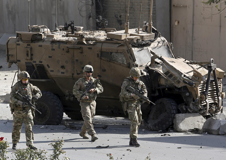 Askari wa Nato wasimama karibu na moja ya magari yo katika mji wa Kabul, Afghanistan, Oktoba 11, 2015.