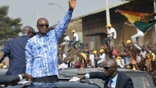 "Alpha Conde, ""Guinée"" jamanakuntigi, nin ja in tara ""Guinée"" jamanaɲɛmɔgɔkalataw sen fɛ, ""octobre"" kalo la, san 2020."