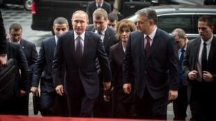 Thủ tướng Hungary Viktor Orban (P) đón tổng thống Nga V. Putin tại Budapest ngày 02/02/2017.