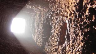 Poços e túneis de minas.