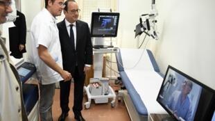 L'ancien président de la république française, François Hollande, assiste à une consultation en télémédecine en avril 2017.