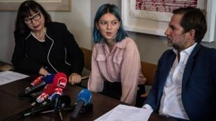 Sylvie Mennesson, su hija Fiorella y el abogado Patrice Spinosi, el 5 de octubre de 2018 en una conferencia de prensa en París.