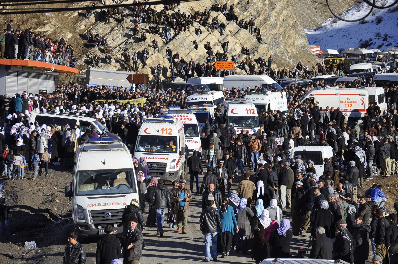 Cerca de la ciudad de Uludere, en el este del país, la población llega a la morgue-hospital para reconocer a las 35 personas muertas producto de la acción aérea turca.