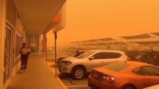 Suite aux incendies massifs en Australie, une partie du pays est en proie à une tempête de cendres, rendant le ciel orange. Ici, dans la ville de Mildura, dans l'État de Victoria, le 21 novembre 2019.