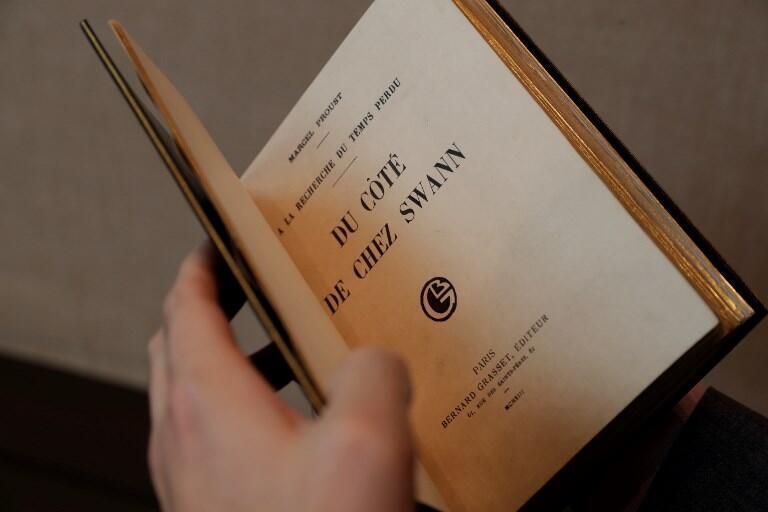 """ارزش این نسخه که توسط نویسنده به لویی بران، ناشر بنگاه """"گراسه"""" هدیه داده شده بود بین ۴۰۰ تا ۶۰۰ هزار یورو برآورد شده است."""