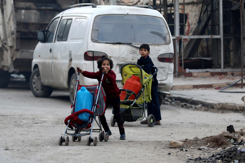 Enfants fuyant les poches rebelles d'Alep-Est, le 12 décembre 2016.