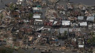 Milhares de casas foram destruídas pela água e inundações aumentam o risco de epidemias no Haiti.
