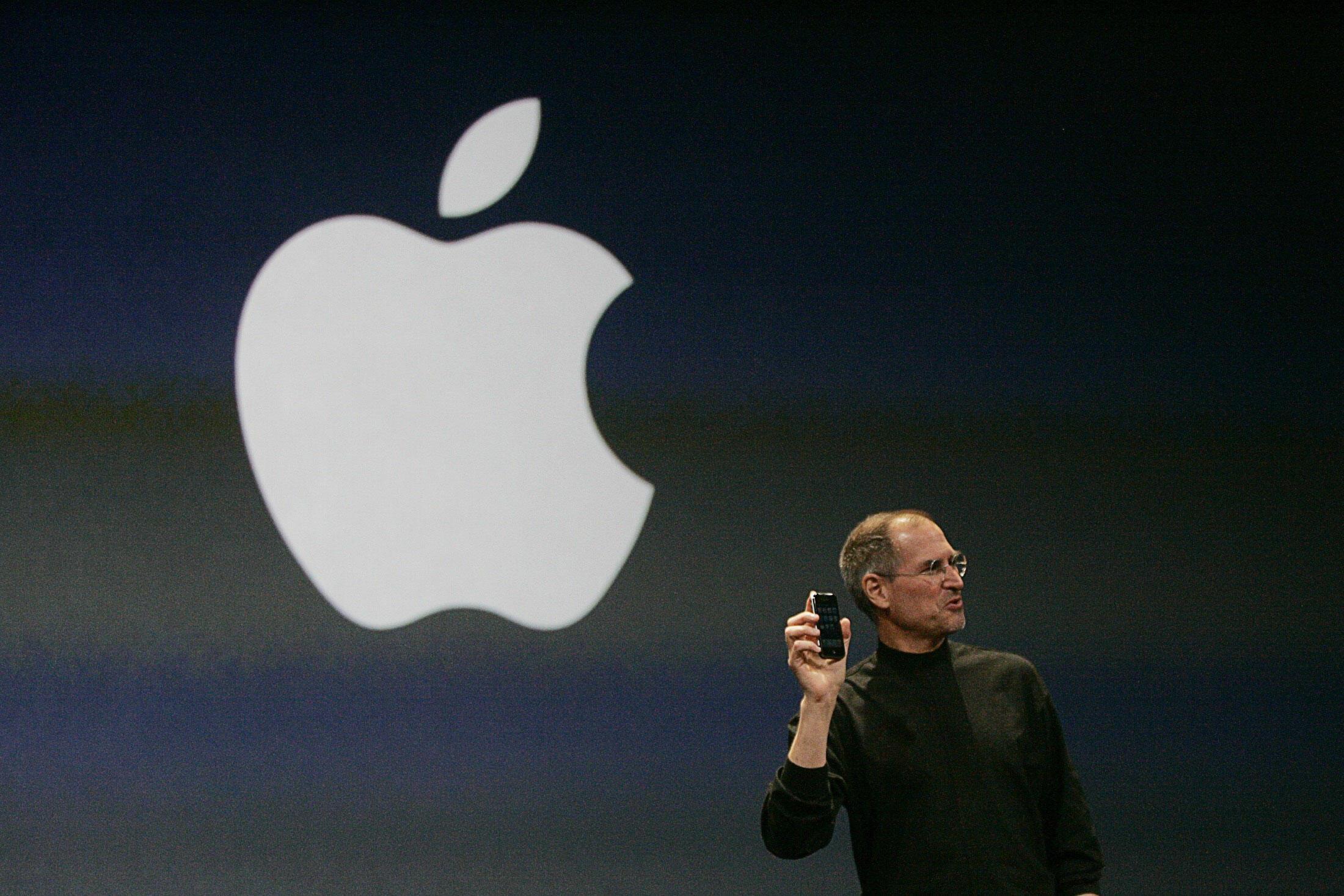 Steve Jobs giới thiệu mẫu iPhone mới tại San Francisco, California ngày 09/01/2007.