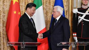 O presidente italiano, Sergio Mattarella (direita), recebeu o presidente chinês, Xi Jinping (esquerda), no Palácio do Quirinal, em Roma na Itália, a 22 de março de 2019.
