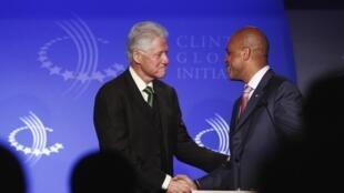 L'ex-président américain Bill Clinton  (G) et Michel Martelly (D), le président de Haïti, à New York, le 19 septembre 2011.