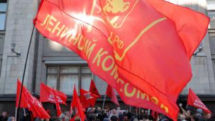 Les partisans des partis et mouvements politiques de gauche lors d'un rassemblement contre la réforme des retraites devant la Douma, la chambre basse du Parlement russe, à Moscou le 26 septembre 2018.