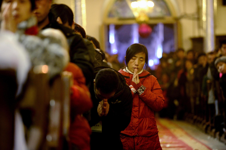 存檔圖片:中國北京的天主教徒Image d'archive: Des chrétiens chinois célèbrent Noël dans une église catholique de Pékin.