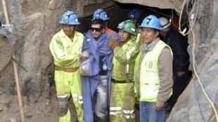 Um dos tralhadores é retirado da mina no Peru, após quase uma semana soterrado