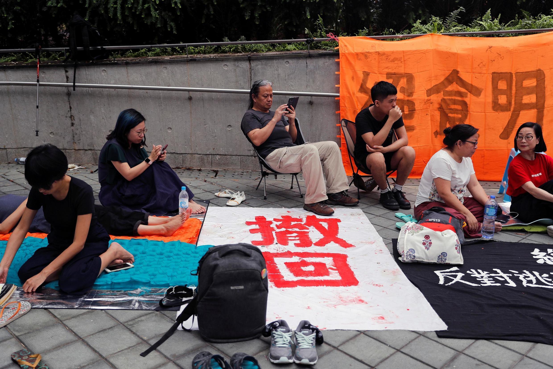 香港學界和文藝界20餘人6月12日零時起,在政府和立法會建築附近發起接力絕食抗議行動。攝於2019年6月13日。