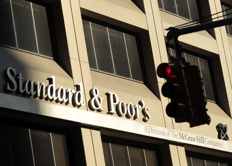 """A agência de classificação de riscos Standard and Poor's passou a perpectiva da Grécia de """"negativa"""" para """"estável""""."""