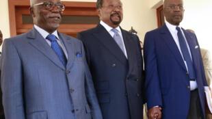Le principal opposant pour la présidentielle gabonaise, Jean Ping, entouré de Guy Nzouba Ndama (gauche) et Casimir Oye Mba (droite), à Libreville, le 16 août 2016.
