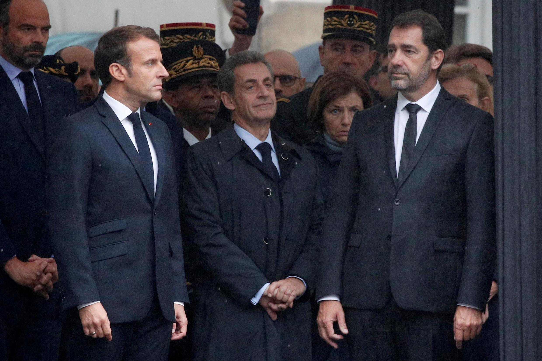 امانوئل ماکرون در کنار رئیس جمهوری پیشین فرانسه نیکلا سرکوزی، وزیر کشور و نخست وزیر فرانسه در مراسم یادبود قربانیان تروریسم اسلامی در ادارۀ پلیس فرانسه سوم اکنبر 2019.