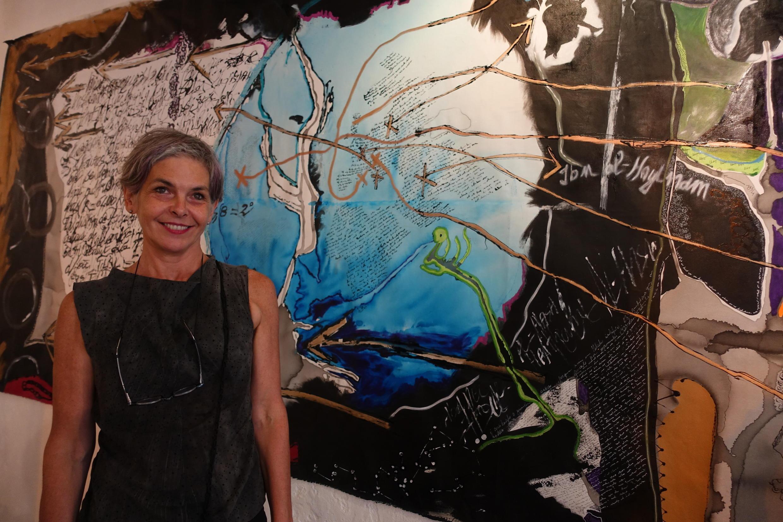 """Isabelle Ribot durante exposição """"Phenomènes"""" (Fenômenos), na galeria Lde0&Co, em Paris."""