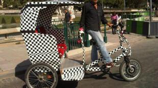 Cristos con su bici-taxi en el Trocadero.