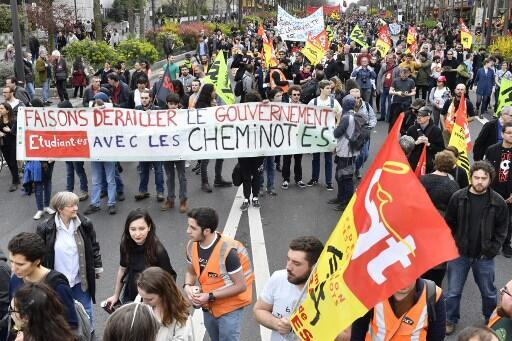 Estudantes e ferroviários se uniram em protesto em Paris, no último dia 13 de abril, contra reformas de Macron.