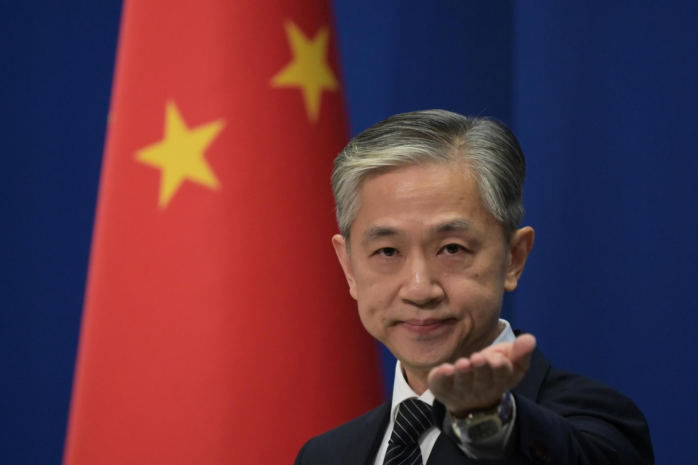 El portavoz Wang Wenbin da paso a una pregunta durante la rueda de prensa en el Ministerio de Exteriores chino, el 9 de noviembre de 2020 en Pekín