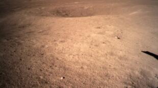 چین در روز پنجشنبه ۳ ژانویه/۱۳ دی موفق شد تا کاوشگر خود را در نیمه پنهان ماه فرود آورد.