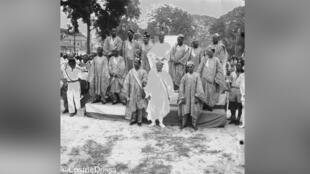 Le président Hubert Maga, en agbada blanc au pied de l'estrade, pose avec le premier gouvernement du Dahomey indépendant.