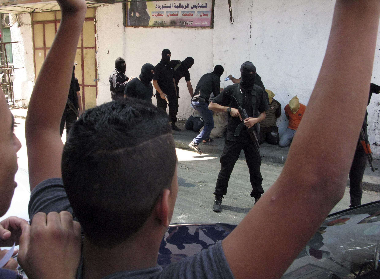 """Cảnh người biệt đội Ezzedine Al Qassam chuẩn bị xử tử, trước công chúng, người Palestine """"cộng tác"""" với Israel. Ảnh ngày 22/08/2014."""
