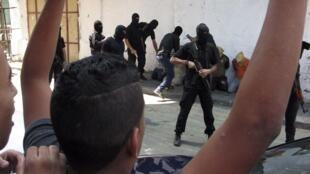 Seis execuções foram realizadas diante dos palestinos que saíam da maior mesquita de Gaza nesta sexta-feira (22).