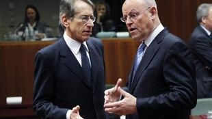 O ministro italiano das Relações Exteriores, Giulio Terzi, e seu colega alemão, Uri Rosenthal (d), durante encontro em Bruxelas, que definiu novos embargos ao petróleo iraniano nesta segunda-feira.