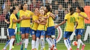 A seleção brasileira comemora o gol contra a França neste sábado (19) em jogo disputado na cidade de Havre.