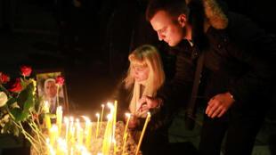 Жители города Косовска-Митровица приносят свечи и цветы к дому сербского лидера Оливера Ивановича, 16 января 2018.
