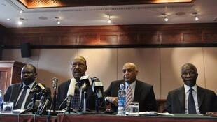 Pagan Amum, le négociateur sud-soudanais (G), Abdel Rahim Mohammed Hussein, le ministre soudanais de la Défense, Omer Dahab, porte-parole de la délégation de Khartoum et le médiateur de l'Union africaine Thabo Mbeki.