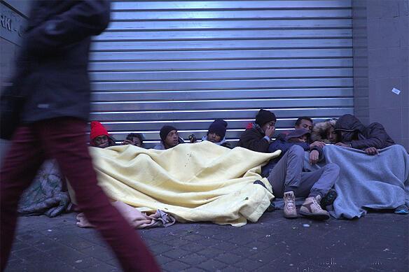 Image d'archive: Des migrants blottis sous des couvertures près de la Halle Pajol, dans le 18ème arrondissement de Paris, le 10 janvier 2017.