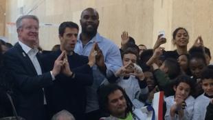 Tony Estanguet (debout au centre) et Teddy Riner à droite de la photo, lors du lancement de Paris 2024.