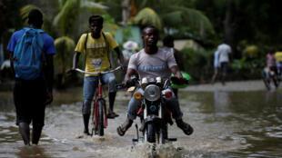 Dans une rue inondée de Fort-Liberté, dans le nord d'Haïti, le 8 septembre 2017, après le passage de l'ouragan Irma.