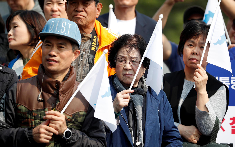 Người dân Hàn Quốc tập trung gần khu giới tuyến phi quân sự tại Paju bày tỏ ủng hộ cuộc gặp thượng đỉnh Liên Triều, ngày 27/04/2018.