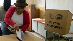 Una mujer vota en Quito, Ecuador, el 24 de marzo de 2019.