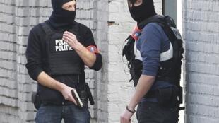 Deux policiers sur lieux de la fusillade à Forest, dans la banlieue de Bruxelles, le 15 mars, 2016.