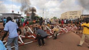 Un barrage érigé par des manifestants à Ouagadougou, le 19 septembre.