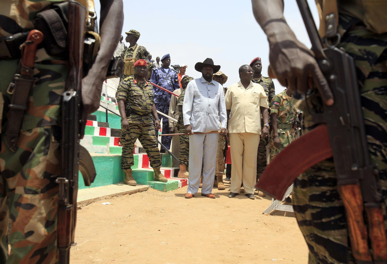Rais wa Sudani Kusini, Salava Kiir (kushoto), akiwa pamoja na rmakamu wa zamani wa rais, Riek Machar (kulia).