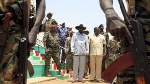Salva Kiir (g.), le président du Soudan du Sud, aux côtés de Riek Machar (d.), ancien vice-président désormais dissident, en avril 2010 à Bentiu.