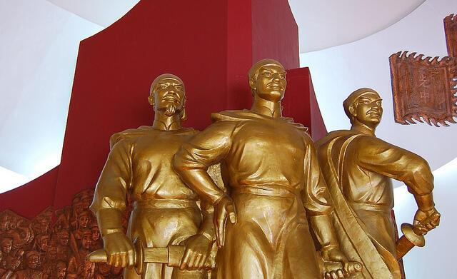 """Tượng Nguyễn Huệ - Quang Trung trong """"Tây Sơn Tam Kiệt"""" - bộ ba tượng anh em Tây Sơn ở Bảo tàng Quang Trung (tỉnh Bình Định)"""