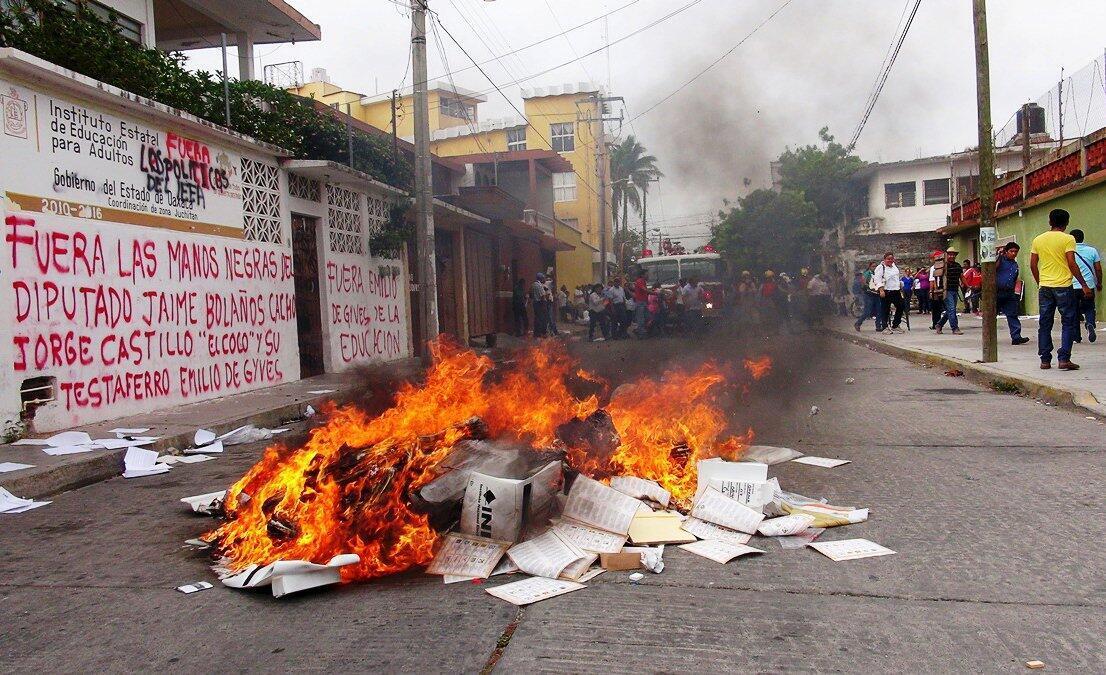 Manifestantes le prendieron fuego a una pila de material electoral, en Juchitán, Oaxaca, este 1 de junio de 2015.